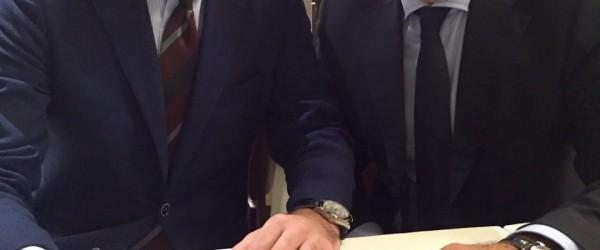 Paolo Petrocelli, Presidente del Comitato Giovani della Commissione Nazionale Italiana per l'UNESCO, firma la petizione alla presenza di Alfonso Pecoraro Scanio.