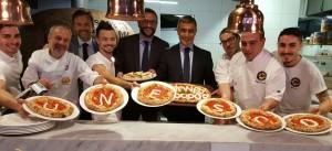 Alfonso Pecoraro Scanio con il Console generale a Sydney Arturo Arcano e i pizzaioli