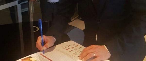 Gigi D'Alessio firma per #pizzaUnesco