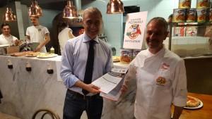 Alfonso Pecoraro Scanio con Phillip Bruno Presidente) dell'APN, Associazione Pizzaiuoli Napoletani