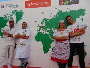 Davide Civitiello, Andrea Cozzolino e Teresa Iorio con il libro #pizzaUnesco orgoglio italiano nel mondo